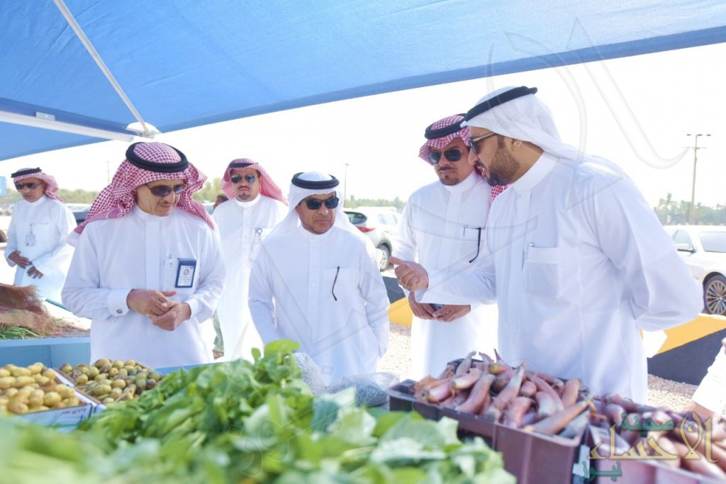 """بالصور.. """"آل الشيخ مبارك"""" يتفقد """"سوق المزارعين"""" في الأحساء"""