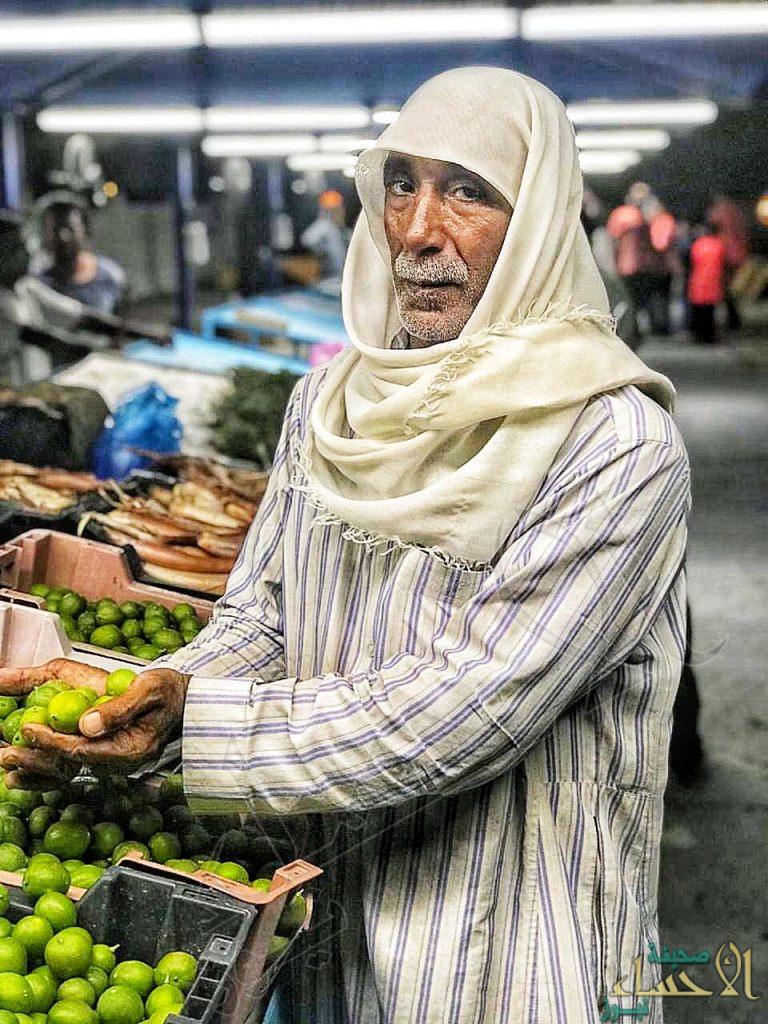 """شاهد .. إقبال كبير على سوق المزارعين بـ""""القرين"""" وهذه آراء بعض مرتاديه في """"الباعة""""!!"""
