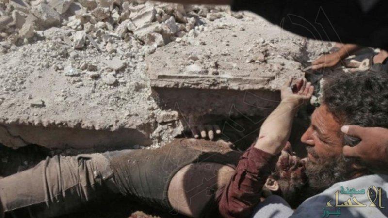 """""""الأسد"""" يدمر البيوت فوق رؤوس ساكنيها.. مقتل 10 مدنيين في إدلب بينهم 3 أطفال"""