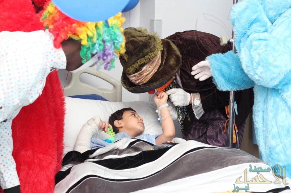 رعاية مكثفة لطفل مصري توفي والداه .. وتأشيرة استثنائية لعمه