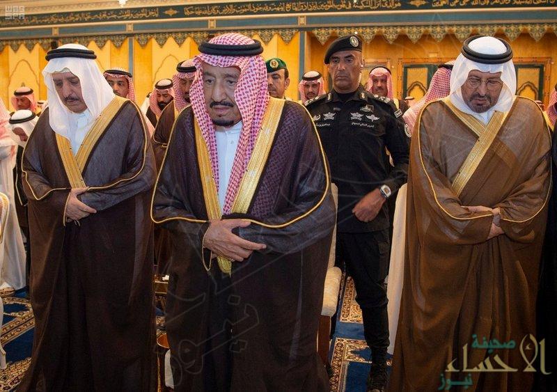 """خادم الحرمين الشريفين يؤدي صلاة الميت على """"الأمير بندر بن عبدالعزيز"""""""