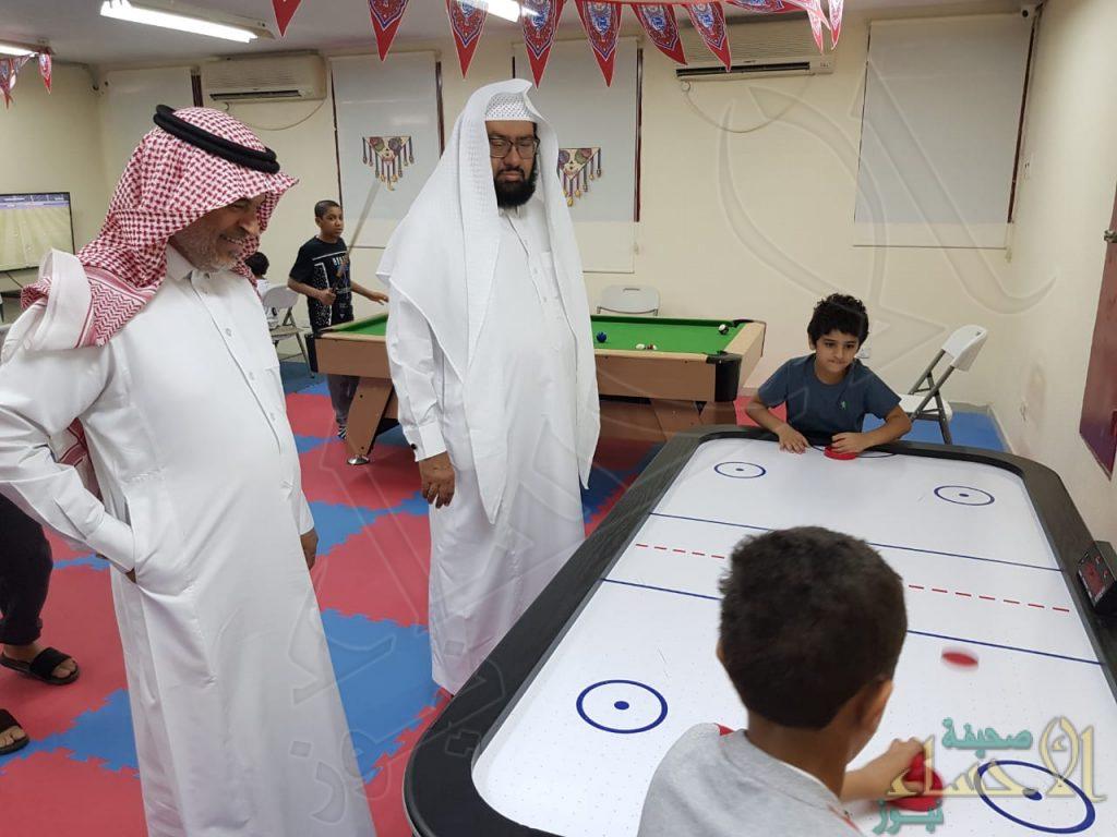 """الرئيس التنفيذي لأندية الأحياء بالأحساء يزور نادي حي """"مالك بن أنس"""" الإبتدائية"""