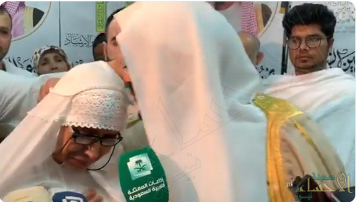 """شاهد… """"وزير الشؤون الإسلامية"""" يتأثر لبكاء حاجة نيوزيلندية ويُقبّل رأسها"""