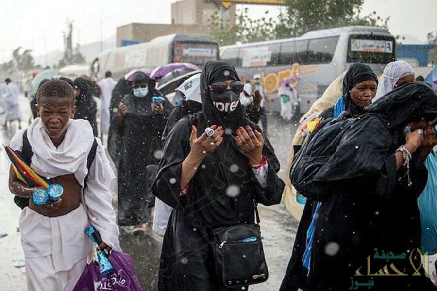 في مشهد مهيب.. ألسنة الحجاج تصدح بالدعاء تحت أمطار عرفات الغزيرة