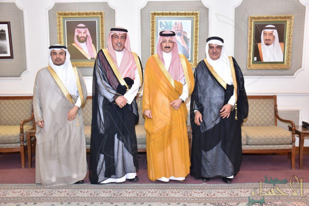 """الأمير """"بدر بن جلوي"""" يستقبل رئيس غرفة الأحساء وأمينيها السابق والحالي"""