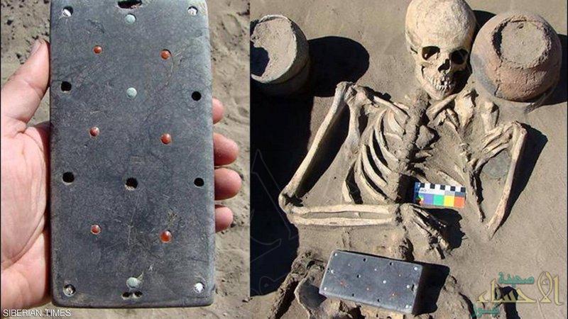 """العثور على الجد الأكبر لـ""""آيفون"""" في مقبرة عمرها 2000 عام"""