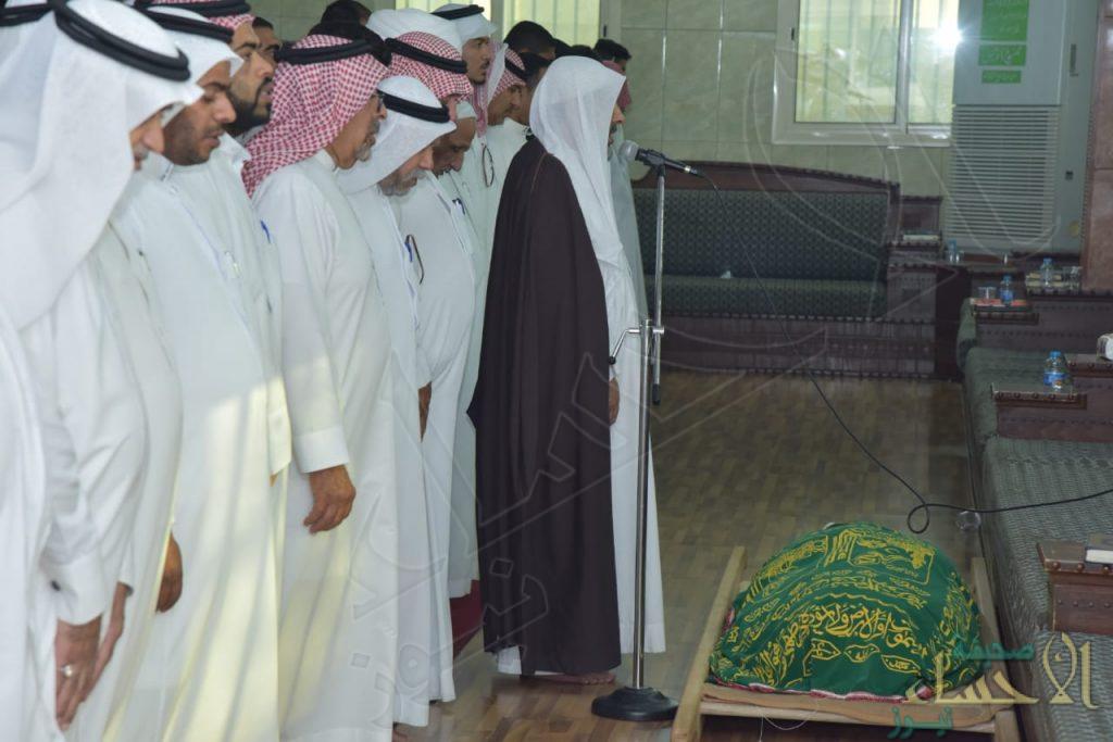 """بالصور … تشييع جنازة الشهيد """"وليد العمران"""" في مقبرة """"الخدود"""" بالهفوف"""