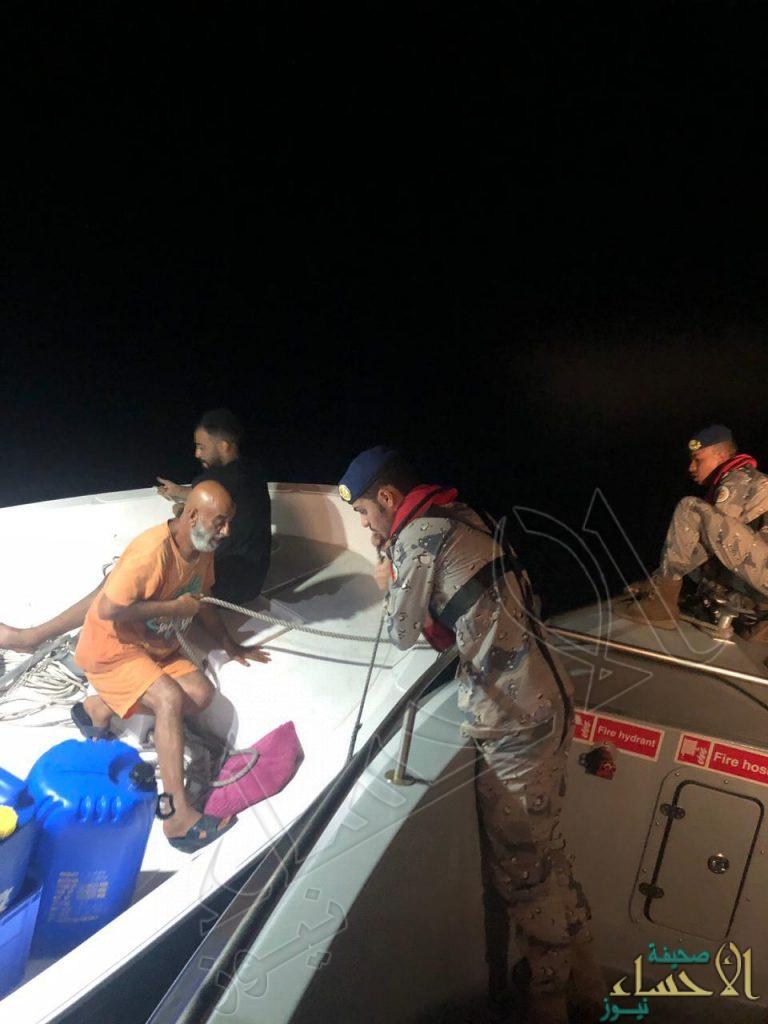 """بالصور في الشرقية .. """"حرس الحدود"""" ينقذ بحرينيين علقا في مياه الخليج"""