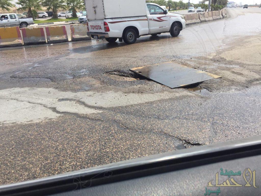 """شاهد … """"هدر للمياه"""" بـ""""شارع الظهران"""" ومناشدات بسرعة التفاعل"""