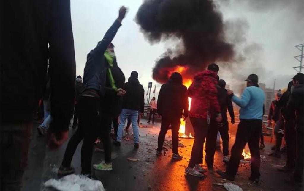 """إيران.. المتظاهرون يحرقون مركزاً للشرطة و9 مكاتب لممثلي """"خامنئي"""""""