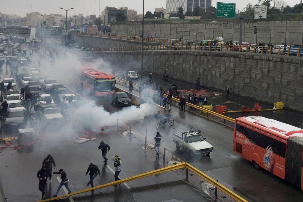 شاهد بالفيديو .. مقتل 36 إيرانيًا واعتقال 1000 متظاهر خلال يومين