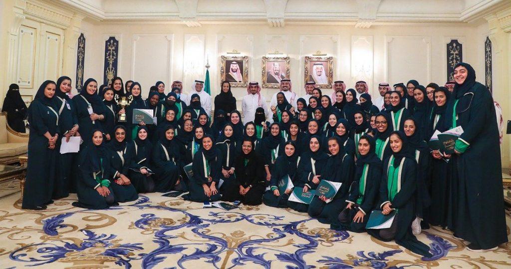 """الأمير عبدالعزيز بن تركي الفيصل يكرم """"بنات الوطن"""" المشاركات بـ""""الدورة الخليجية"""""""