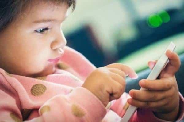 جمعية أمريكية تُحذر من الجلوس الطويل أمام شاشات الأجهزة الذكية