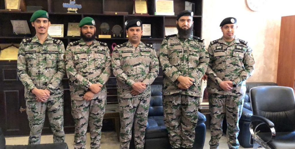 """""""القحطاني"""" يُقلد عدد من ضباط سجن الأحساء رتبهم الجديدة"""