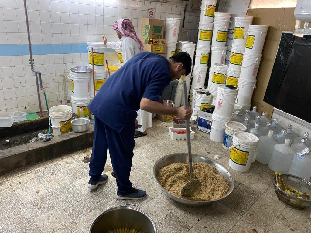 """أمانة الأحساء… تضبط عمالة أحالت مسكن لنشاط مُخالف وإتلاف طن من """"المنتجات غذائية"""""""