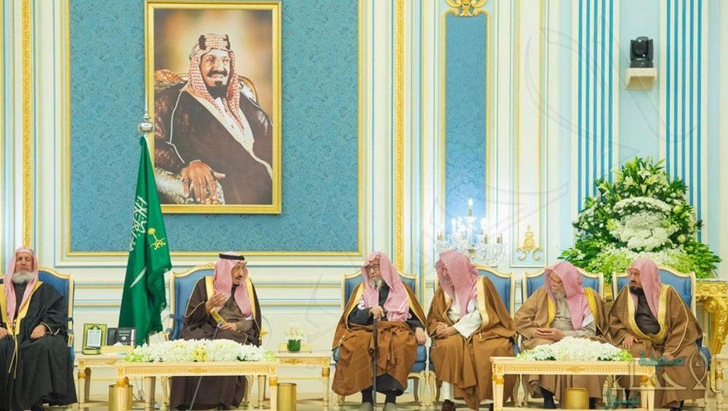 خادم الحرمين يستقبل المفتي وعلماء وأمراء ومواطنين