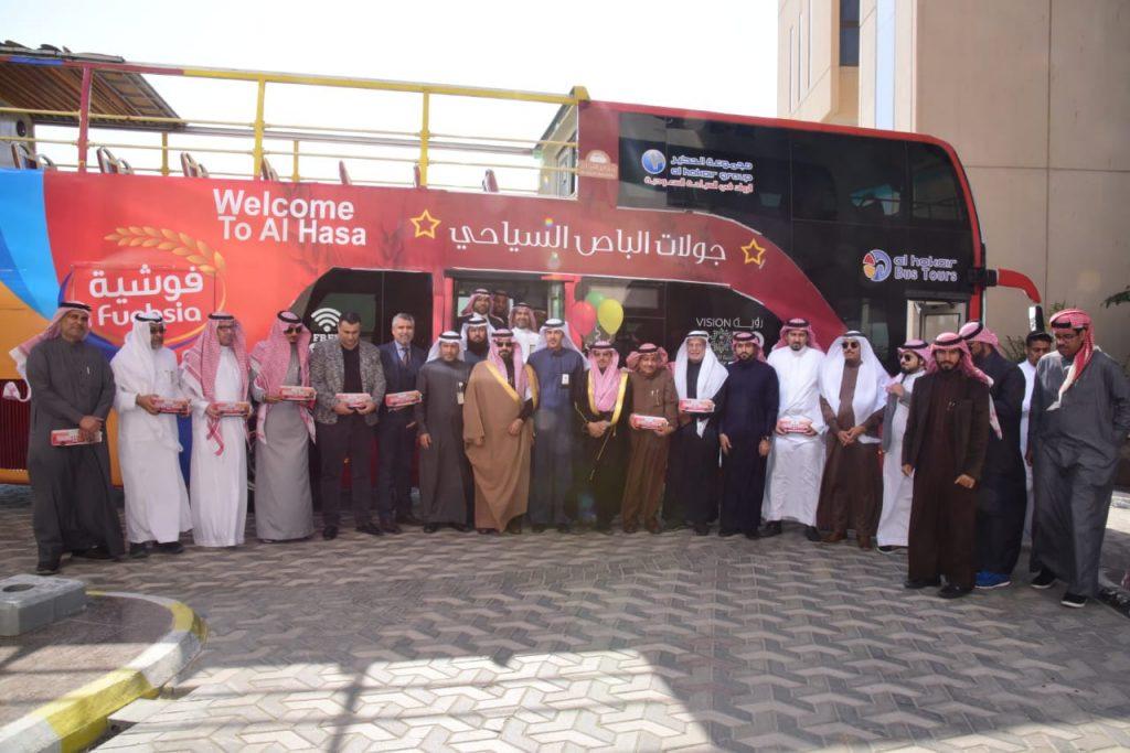 بالصور… وكيل محافظة الأحساء يدشن الباص السياحي