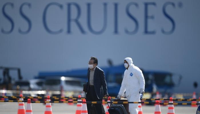"""500 راكب يغادرون """"سفينة كورونا"""" في اليابان"""