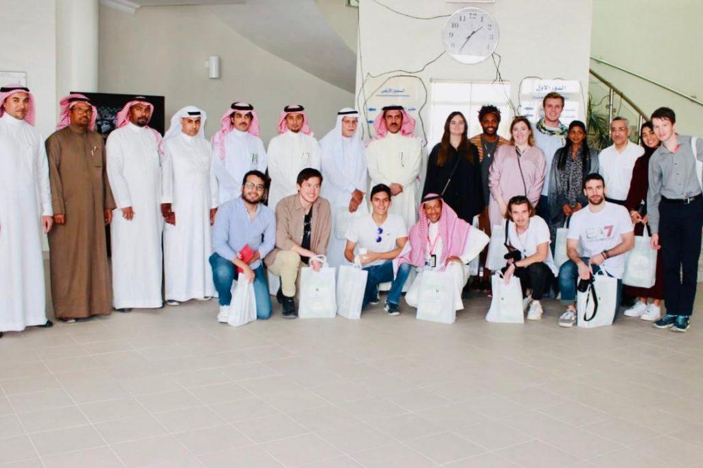 """بالصور… وفد طلابي من جامعات عالمية يزور مركز """"النخيل والتمور"""" بالأحساء"""