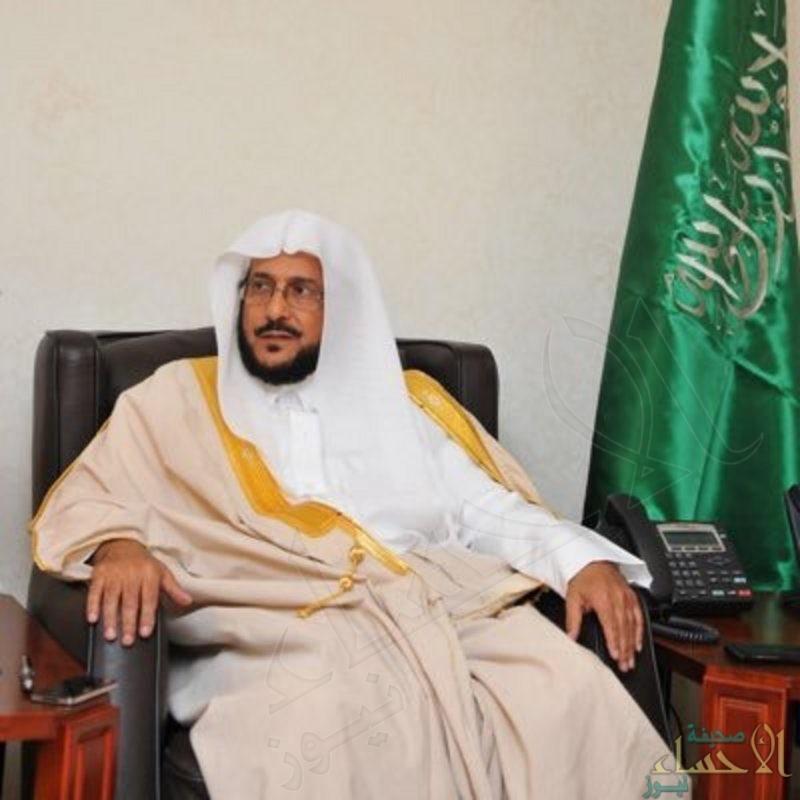 """""""آل الشيخ"""" يوجّه أئمة المساجد بترك صف بين كل صفين في الصلوات الخمس"""