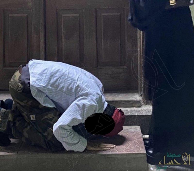 القبض على شاب وفتاة.. سجد بين يديها أمام مسجد بجدة