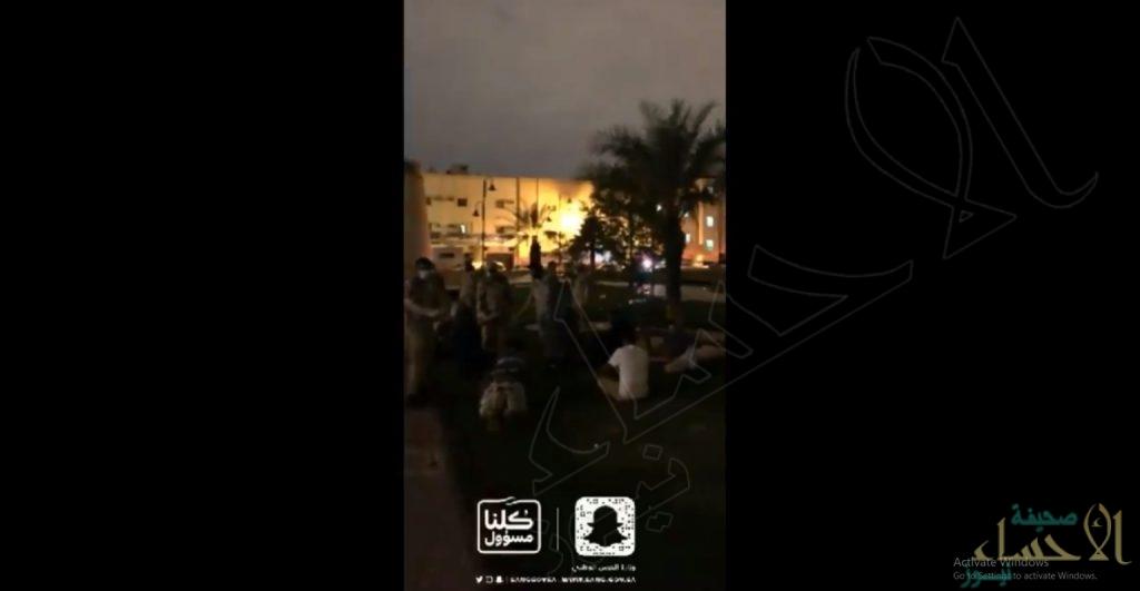 في منفوحة الرياض .. عوائل في الحدائق وحلاق يعمل وقت منع التجول !