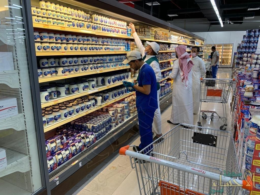 بالفيديو .. ضبط أكثر من ١٠٠٠ كلغ منتجات غذائية غير صالحة بأحد الأسواق الشهيرة في الأحساء!