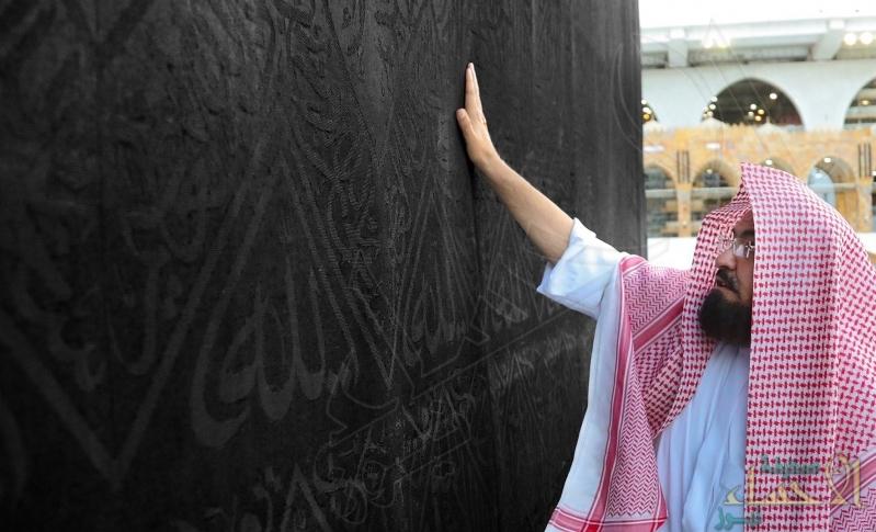 """بأفخر أنواع الطيب ابتهاجًا بالعيد … """"السديس"""" و""""أئمة الحرم"""" يطيبون الكعبة والحجر الأسود"""
