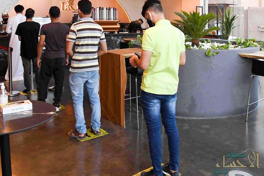 """بالصور في الأحساء … """"المقاهي والكافيهات"""" تستقبل مرتاديها وفق الإجراءات الاحترازية"""