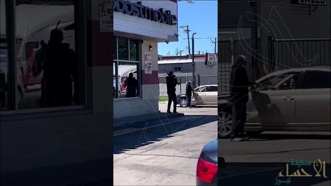 شاهد .. هكذا يحمي أصحاب المحلات متاجرهم في شيكاغو بعدما فشلت الشرطة في الحماية