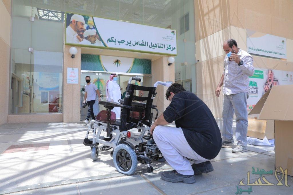 """""""الأشخاص ذوي الإعاقة"""" تُقدم عدد من """"الكراسي الكهربائية"""" لمستفيدي """"التأهيل الشامل"""" بالأحساء"""