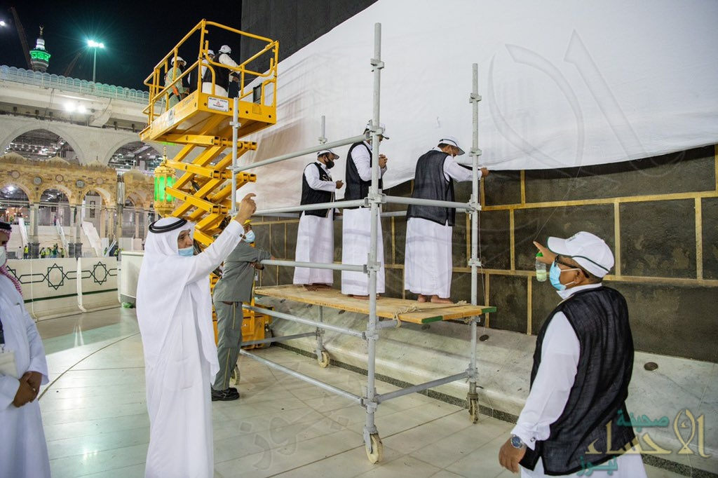 شاهد بالصور.. رفع ثوب الكعبة المشرفة استعدادًا لموسم الحج