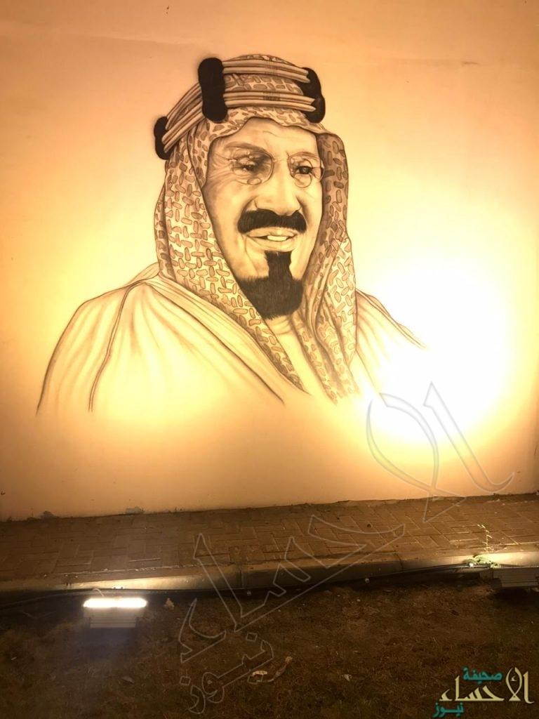 """على أحد طرق الأحساء .. جداريات تستحضر ملوك المملكة تزامنًا مع احتفالات """"اليوم الوطني الـ٩٠"""""""