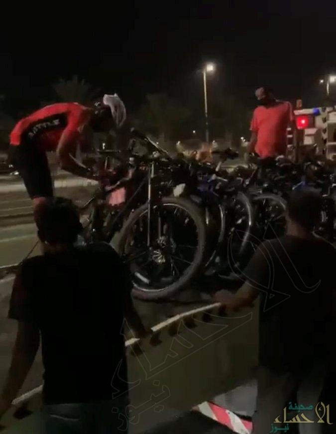 شاهد … المرور يضبط 17 دراجة مخالفة بسبب سيرها وسط الطريق العام