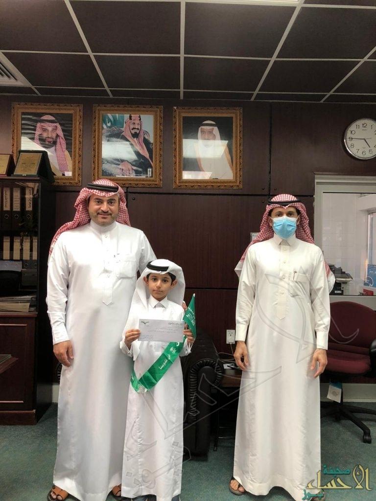 """بالصور… قائد ابتدائية ابن مشرف يكرم الفائز في مسابقة """"اليوم الوطني 90"""""""