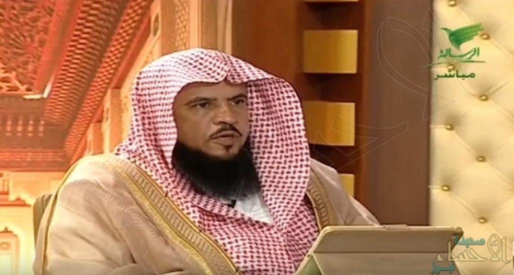 ما حكم قراءة القرآن من «الجوال» أثناء صلاة الفرائض والنوافل؟ .. الشيخ «السبر» يوضح