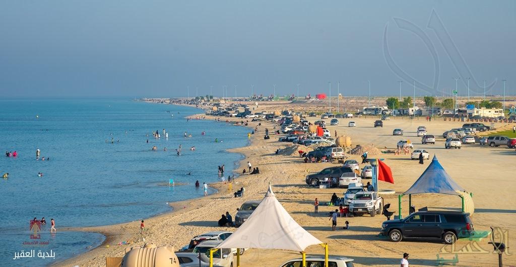 """مع اعتدال الأجواء .. 25 ألف زائر يومياً لموقع """" عربات الكرفان """" بشاطئ العقير (صور)"""