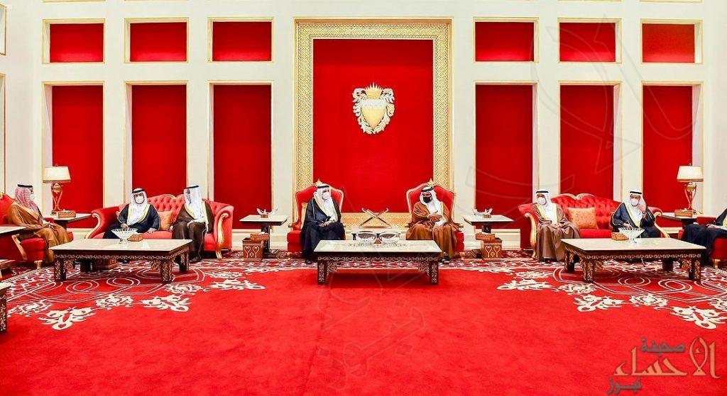 الأمير منصور بن متعب ينقل تعازي القيادة لملك البحرين في وفاة الأمير خليفة بن سلمان