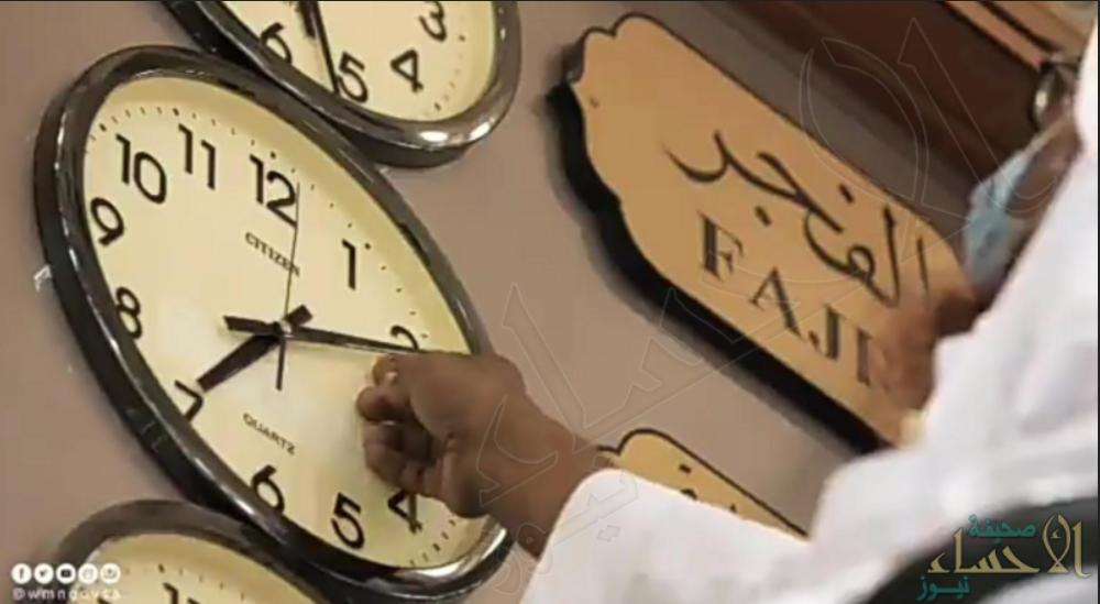"""هل سمعت من قبل عن مهنة """"الساعاتي"""" في المسجد النبوي .. تعرّف عليها من هنا"""