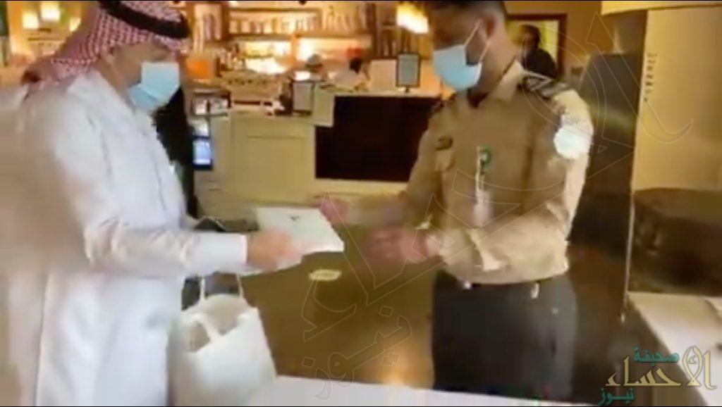 حارس أمن بمستشفى يتفاجأ بهدية ورسالة شكر من وزير الصحة (فيديو)