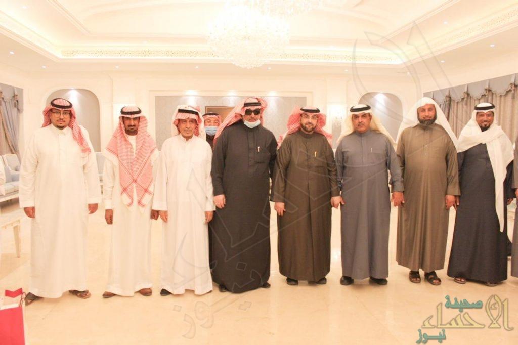"""منسوبو """"أنس بن مالك"""" الإبتدائية يحتفون بمديرهم """"الشيخ حسين"""" وعدد من زملاءهم (صور)"""