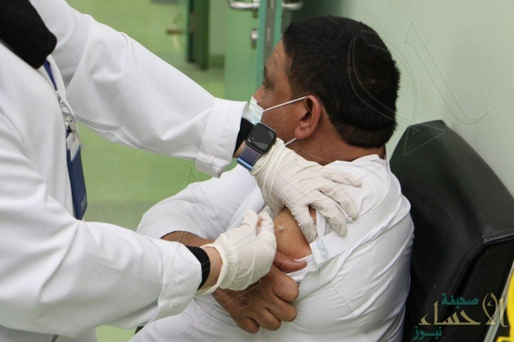 """""""مستشفى الملك فيصل"""" بالأحساء يبدأ استقبال الراغبين في التطعيم من """"كورونا"""" (صور)"""