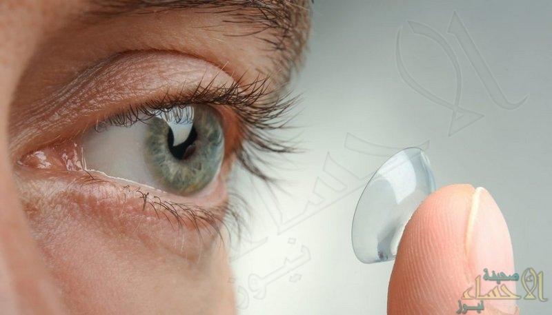 يهدد البصر .. دراسة تحذّر من ارتداء العدسات اللاصقة أثناء الاستحمام