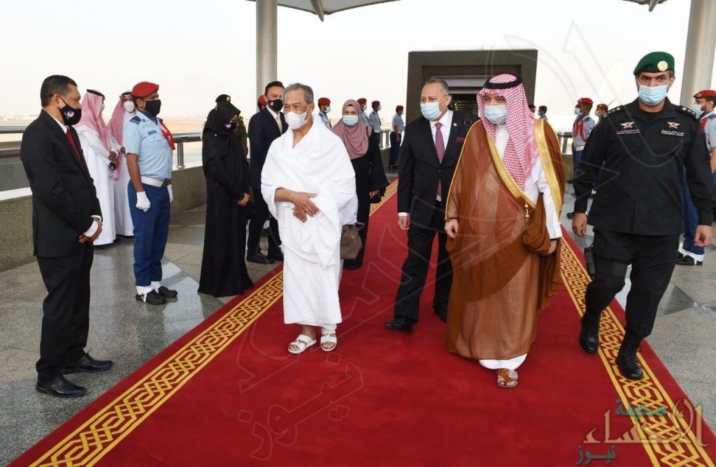 لأداء مناسك العمرة  .. رئيس الوزراء الماليزي يصل إلى جدة (صور)