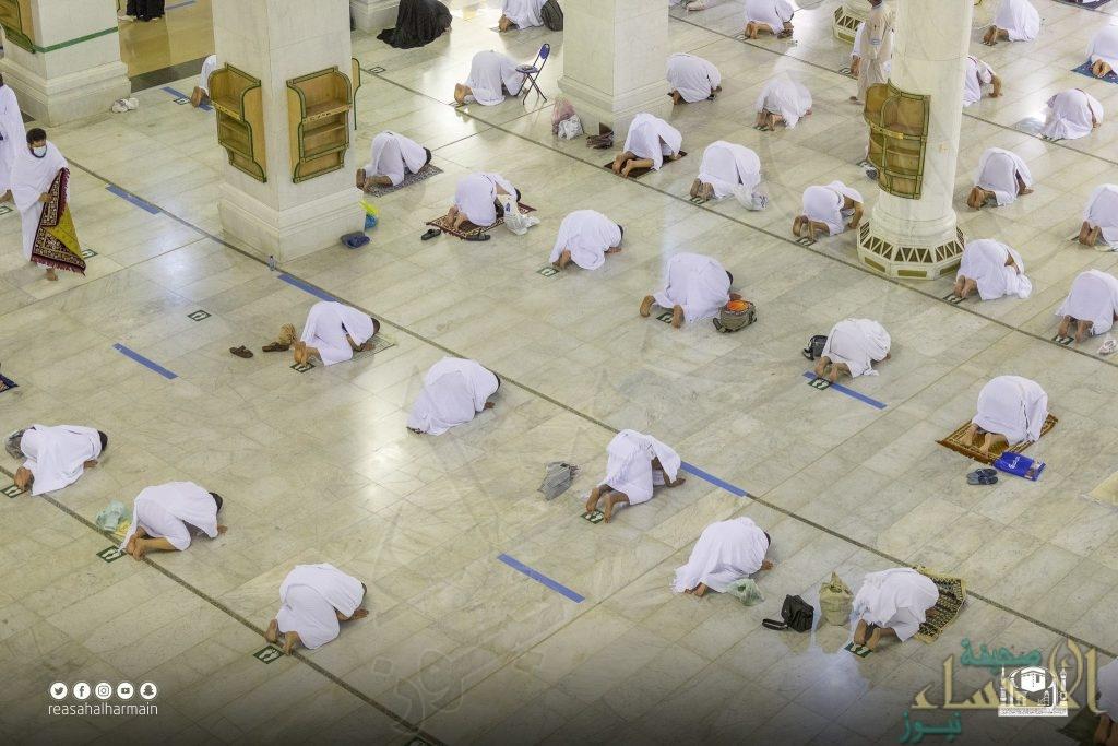 شاهد .. المصلون يؤدون صلاة التراويح لليلة الخامسة عشر من شهر رمضان المبارك