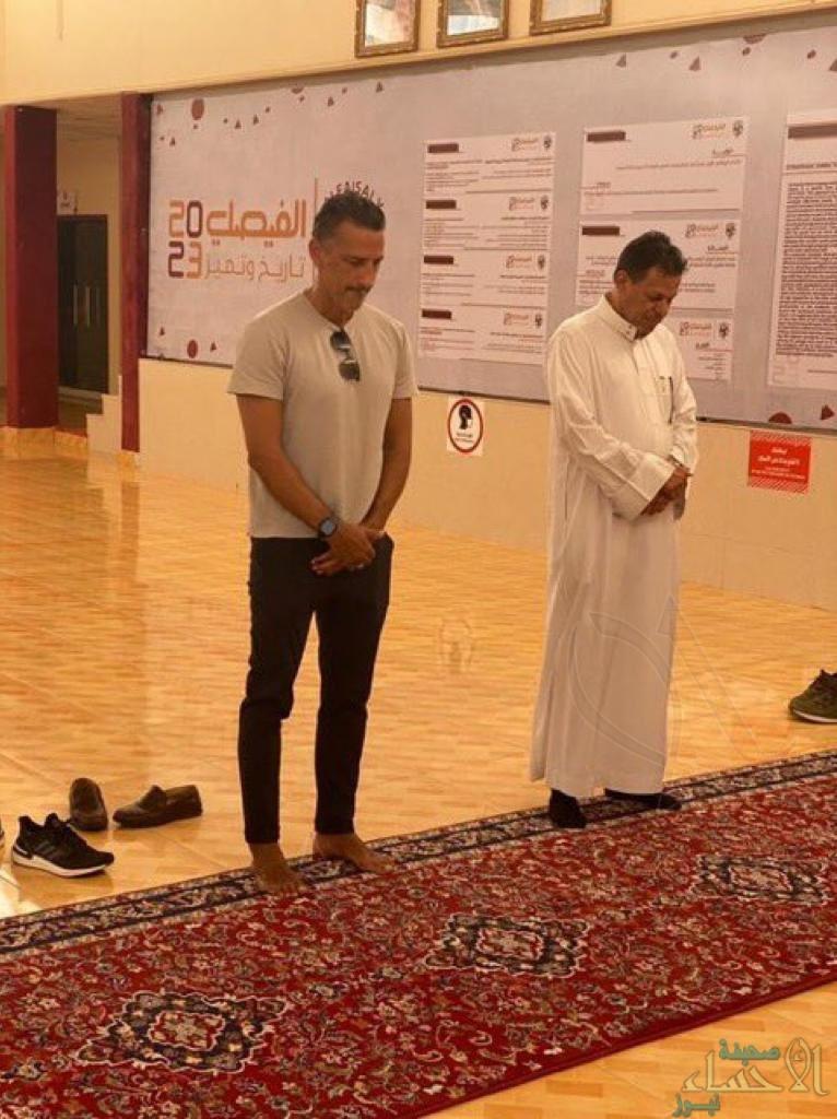 وسط أنباء عن نيته دخول الإسلام .. مدرب الفيصلي يؤدي الصلاة (صور)