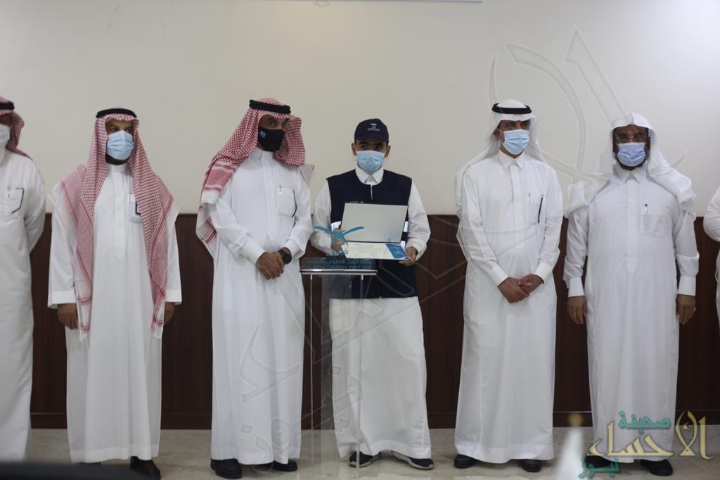 """بحضور """"الأمير عبدالعزيز بن محمد"""" … """"قبس"""" تُكرّم 15 متطوعًا شاركوا بـ""""مراكز تلقي لقاحات كورونا"""""""