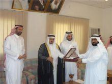 مدير مكتب التربية والتعليم في محافظة بقيق  يكرم سهل العتيبي نظير إنشائه مركز اً للتدريب التربوي  .