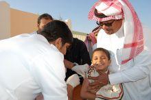 أبناء مدير الشئون الصحية بالأحساء يتقدمون الطلاب لأخذ لقاح h1 n1 ,وتزايد الإقبال عليه للتطعيم  .